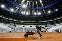Příprava kurtu na zápas Davis cupu mezi ČR a Srbskem v pražské O2 Areně