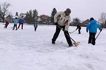 Úklid sněhu na rybníku v Drozdovicích
