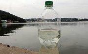 """Zákaz koupání vyprázdnil pláže plumlovské přehrady.Maršálkův test na sinice.PET láhev naplníme vodou a necháme alespoň 20 minut stát v klidu na světle. V případě, že se u hladiny vytvoří zelený kroužek tvořený zelenými organismy vetvaru """"sekaného jehličí"""