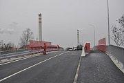 Dva nové mosty nad železniční trati v Dluhonské ulici v Přerově jsou těsně před dokončením. První auta po nich začnou projíždět v sobotu 1. prosince.