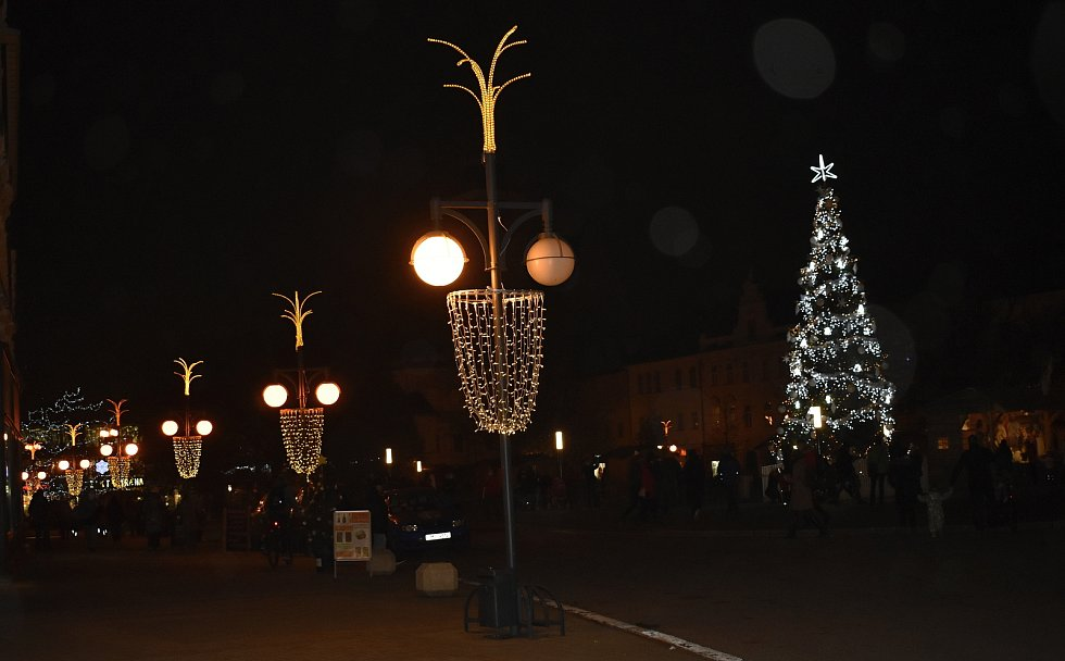 Od pátečního podvečera se rozsvítil na prostějovském náměstí vánoční strom. Jmenuje se Jiskra naděje. 27.11. 2020