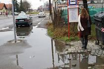 Autobusové nástupiště v Kostelecké ulici připomíná zastávku jen kovovou cedulí.