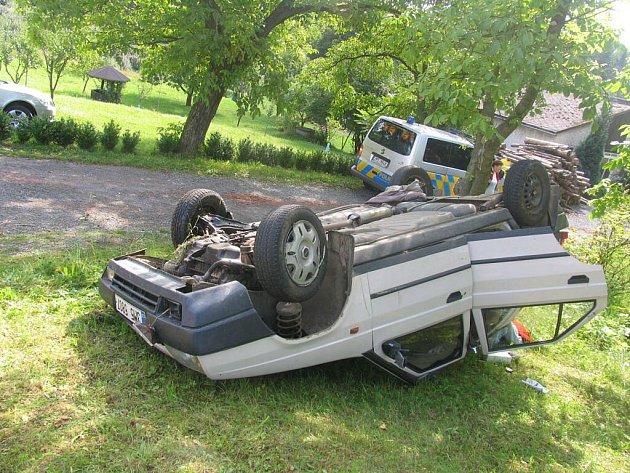 Favorit skončil u Konice na střeše. Řidič a jeho spolujezdec vyvázli jen s lehčími zraněními