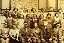Děvčata začala do školy v Bedihošti chodit až ve 20. letech 20: století. Na fotografii dívčí třída, v popředí ředitel školy Janďourek s učitelským sborem.