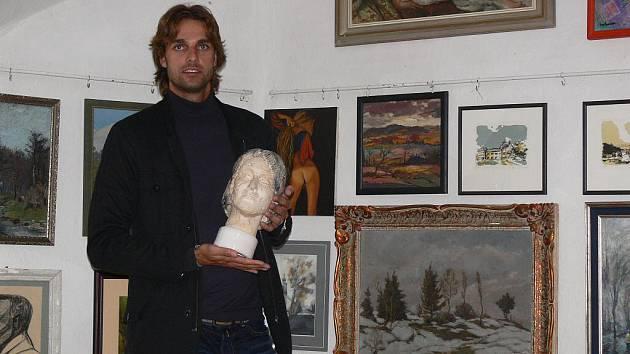 Fotbalista Jindřich Skácel coby galerista v Baště