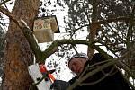 Ochránci v lesoparku věšeli budky i hmyzí hotely