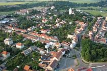 Letecký pohled na Plumlov. Hlavní náměstí na snímku v dolní části