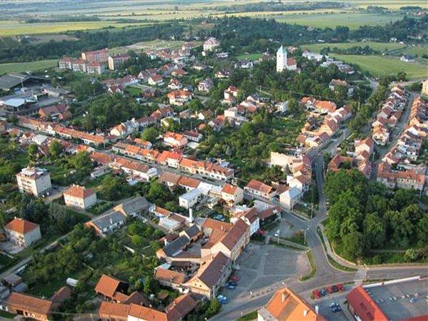 Letecký pohled na Plumlov. Hlavní náměstí na snímku vdolní části