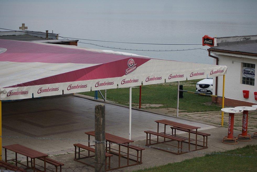 Místo, kde se na pláži U Lázničků na plumlovské přehradě odehrávají víkendové diskotéky. Mladiství na ně míří už notně posilnění alkoholem cestou.