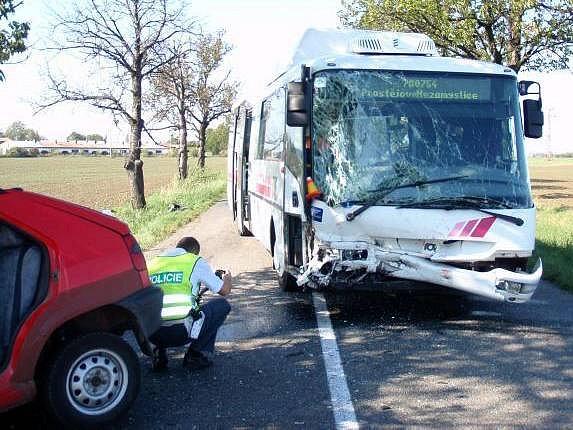 Tragická srážka osobáku s autobusem u Žešova na Prostějovsku