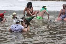 Desítky otužilců vyrazily na zdolání stínavských tůní. Ukázali, že i v díře vysekané do ledu se dá docela obstojně plavat a dovádět.