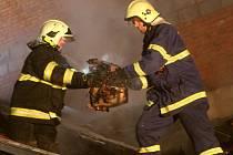 Hasiči zasahují u požáru rodinného domku ve Vícově