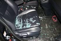 Zloděj si vyhlédl kabelku v autě.