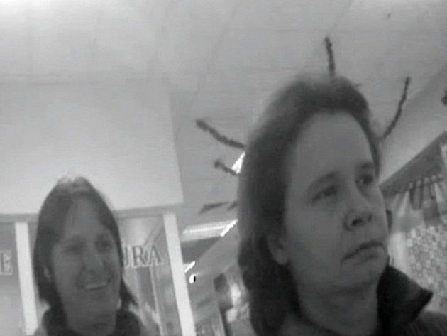 Ženy podezřelé z neoprávněné transakce v bankomatu v Konečné ulici v Prostějově