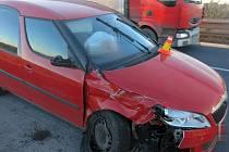 Lehké zranění, ale také škoda za čtvrt milionu. Taková byla dopravní nehoda u Olšan.