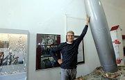Na setkání u příležitosti rozšíření stávající expozice Zdeňka a Jana Svěrákových v zámku v Čechách pod Kosířem včera (v pátek) přijel Jan Svěrák s manželkou. S sebou přivezl také další rekvizity z filmu Po strništi bos, kterému je nová část expozice věnov