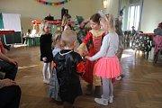 Desítky rodin nalákal do hluchovského společenského sálu karneval pro děti.