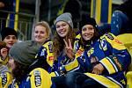Hokejisté Přerova (ve žlutém) doma porazili Ústí nad Labem 5:2. Na utkání fandily i extraligové volejbalistky Přerova.