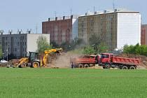 Příprava stavby sportovní haly za prostějovskou nemocnicí.