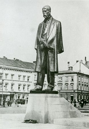 Původní Masarykův pomník na dobové fotografii zroku 1948.Klikněte pro zvětšení