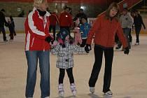Bruslení veřejnosti si o vánočních prázdninách na zimním stadionu užívají dospělí i děti