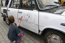 Děti z Dětského domova v Plumlově si vyzkoušeli malovat na škodovku Mahulénu z roku 1968