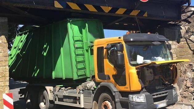 Náraz náklaďáku do mostu u Němčic nad Hanou zastavil provoz na frekventované trati Nezamyslice - Přerov