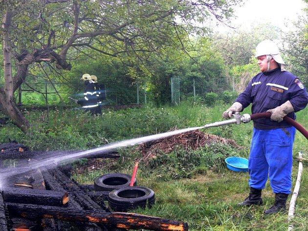 Hasiči oheň dostali pod kontrolu kolem sedmé hodiny.