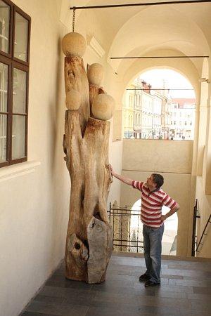 Socha snázvem Pokračování – Nový život od vlodžii Muzea Prostějovska. Autorem je olomoucký sochař Bohumil Teplý