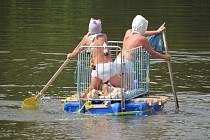 Děti i dospělí si zařádili na rybníce ve Stražisku. Zúčastnili se Neckyády. Foto: Deník/Michal Sobecký