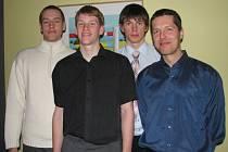 Martina Vaňáka, Petra Dokoupila a Pavla Pumprlu (zleva) vychoval trenér Peter Bálint (vpravo) pro mužský tým BK Prostějov, momentálně sahá po úspěchu s další generací mladých basketbalových Orlů.