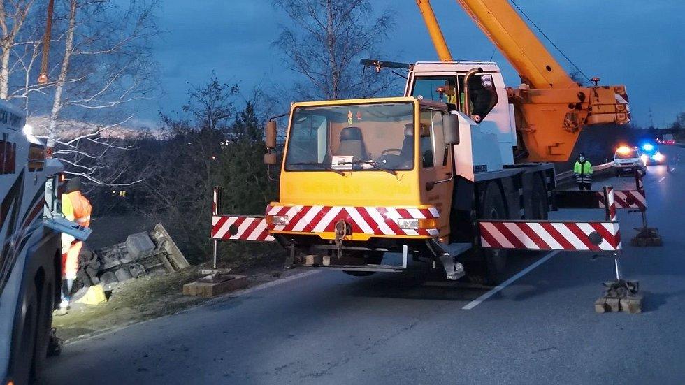 Vyprošťování havarovaného kamionu na dálnici D46 u Brodku u Prostějova, 5. března 2021