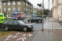Neřízený Mercedes se zastavil až o sloup veřejného osvětlení.