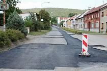 Rozkopaná vozovka napříč Stařechovicemi a Služínem trápí řidiče již přes rok.