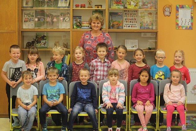 Žáci 1.třídy ze ZŠ Brodek uKonice spaní učitelkou Věrou Švecovou