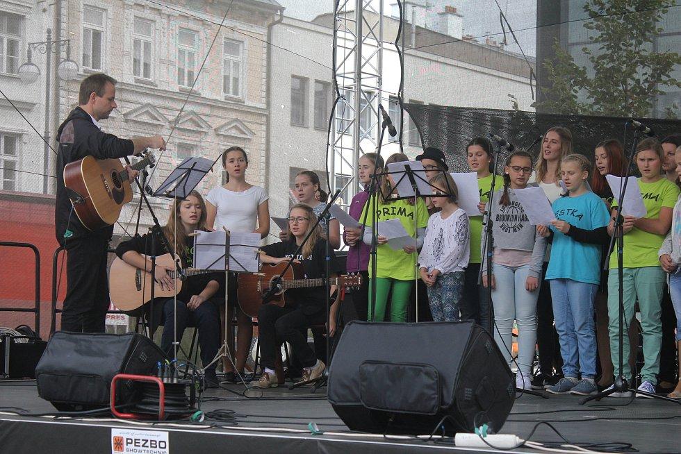 Cyrilometodějské gymnázium slavilo čtvrtstoletí své existence. Na prostějovském náměstí se představilo happeningem