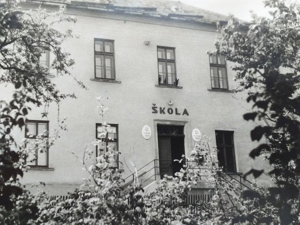 ŠKOLA. Výuka v obci probíhala v průběhu 19. století v provizorních podmínkách. Škola byla založena až v roce 1822 a byla jednotřídní. V roce 1890 došlo k rozšíření budovy. Výuka probíhala v Budětsku až do roku 2002. Poté byla škola zrušena pro nízký počet
