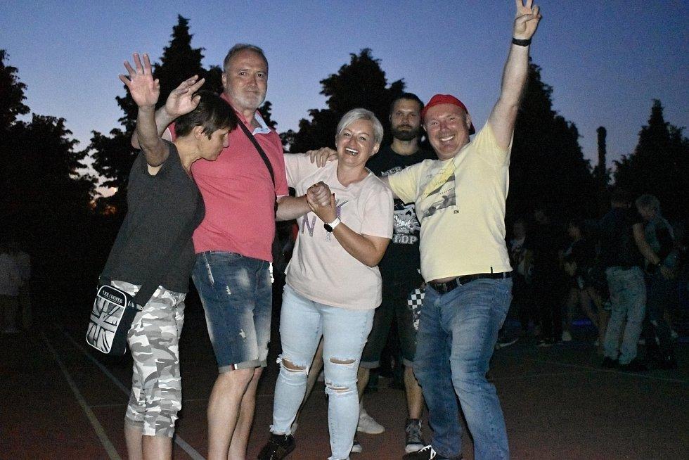 Známý prostějovský hudebník Roman Pytlík Doležel roztančil desítky lidí v zahradní restauraci U Rockyho. 4.6. 2021