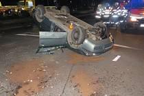 Řidič auta se nepopasoval s rondelem dobře. Najel na jeho střed a poslal auto na střechu.