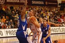 Pivot Orlů Aleksander Bojič (s míčem).