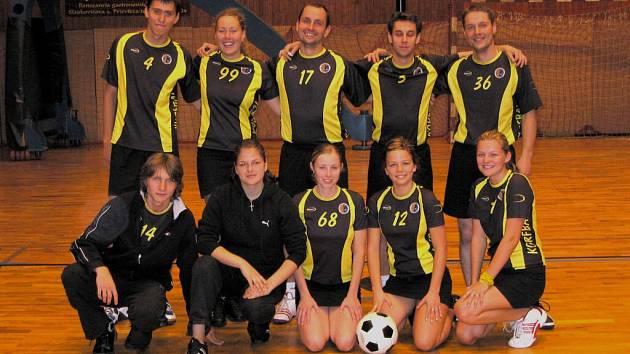 V této neúplné sestavě absolvovali prostějovští korfbalisté mezinárodní turnaj v Prievidzi a kompletní nepůjdou ani do prvních extraligových duelů s Moravskou Třebovou.