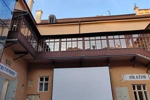 Na nádvoří prostějovského zámku se už zkoušelo promítání, jehož premiéra bude v sobotu 20. července.
