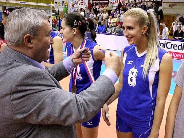 Hráčky Olympu převzaly stříbrné medaile zrukou prostějovského primátora Miroslava Pišťáka.