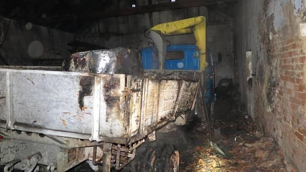 Hasiči vyjížděli v úterý ráno ke stodole v Doloplazích na Prostějovsku, ze střechy, která nedávno hořela, se teď valil dým.