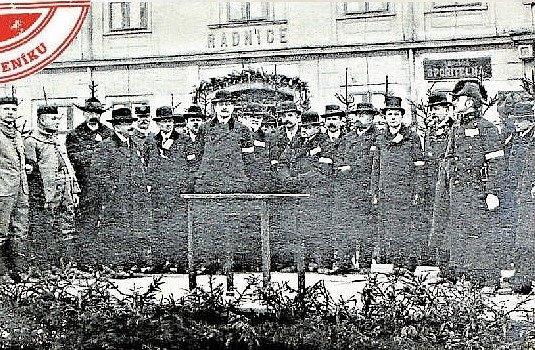 NÁMĚSTÍ V LITOVLI. Národní okresní výbor na náměstí Přemysla Otakara po založení republiky.