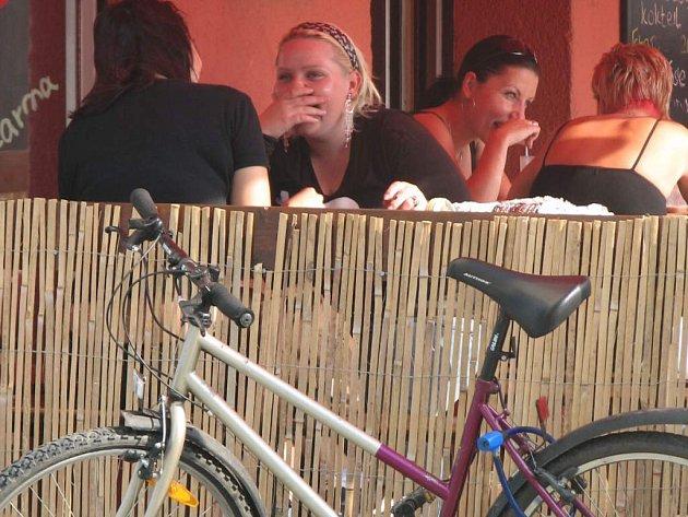 Většina lidí netuší, že když se na kole zastaví v hospůdce, porušuje zákon.