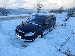 Řidička se v Konici lekla protijedoucího vozu a skončila v příkopu.