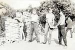HASIČSKÁ ZBROJNICE v roce 1970. Ochozská mládež pomáhala při stavbě garáže u hasičské zbrojnice. Sbor dobrovolných hasičů vznikl v obci v roce 1887 a dodnes je aktivní.