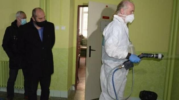 Nástřik ochranné látky proti koronaviru na prostějovských školách
