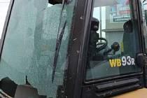 Poškozené okno bagru v Prostějově